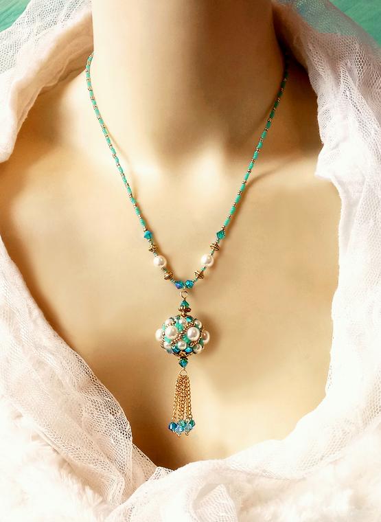 Collier pendentif de style baroque, blanc crème, turquoise et or Perle tissée à l'aiguille 24mm, verre nacré Renaissance, cristal de Swarovski et perles Miyuki