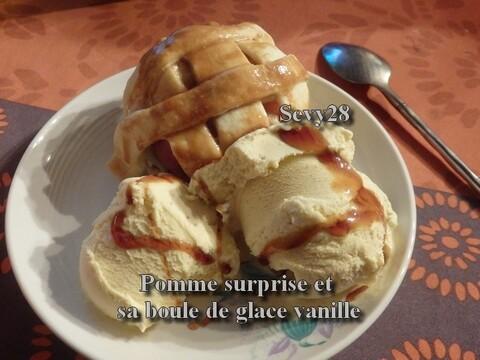Pomme surprise et sa boule de glace vanille