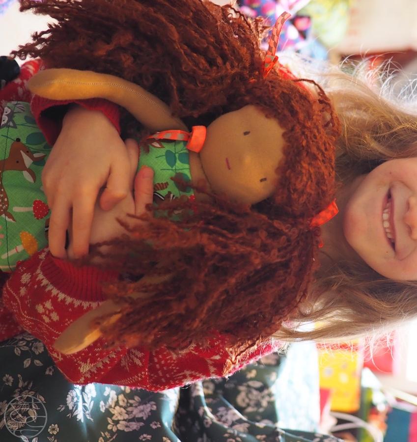 Jolie poupée Waldorf aux cheveux bouclés