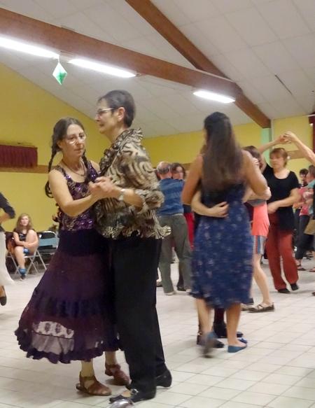 Le bal Folk à Laignes , animé par Akrofolk 2.0, et organisé par l'école de Musique a eu un très grand succès !...