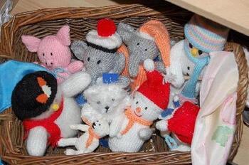 Panier doudous au tricot