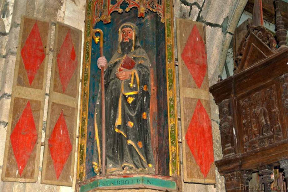 Statue de Saint-Herbot est représenté en abbé, avec une crosse dans la main droite et un livre dans la main gauche dans une niche à volets.