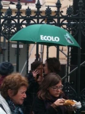 Des militantes d'Europe Ecologie Les Verts devant le Cirque d'Hiver - Crédit photo : E.TERLON