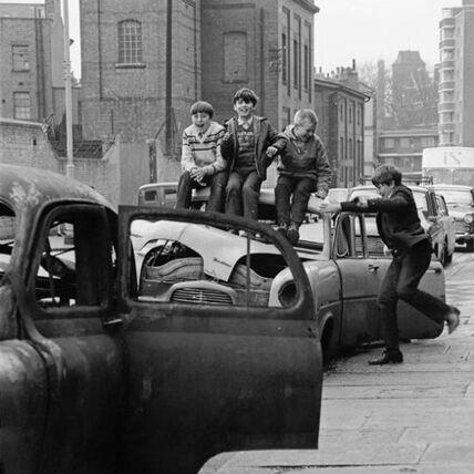 14 - Les enfants et les voitures abandonnées