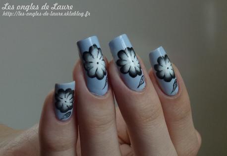 Fleur noire et blanche sur fond bleu