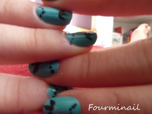 Nail art baroque turquoise et noir
