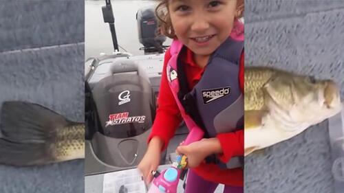 Le jouet canne à pêche Barbie capture un gros poisson