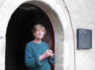 Hélène vielle sur l'église du village