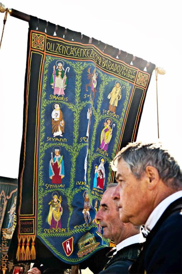 Les bannières du Finistère au grand Pardon de Sainte-Anne la Palud