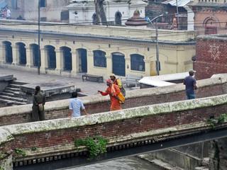 deux sadhus sur le pont