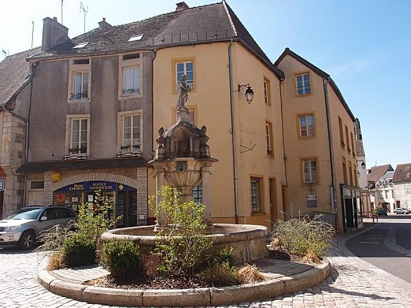 Saulieu---Fontaine-Caristi.jpg