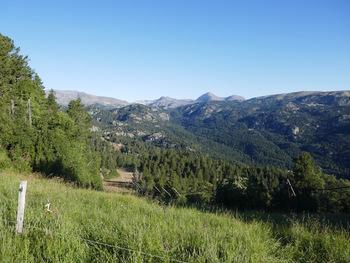 Panorama depuis le chemin du départ. Au fond, les pics Péric