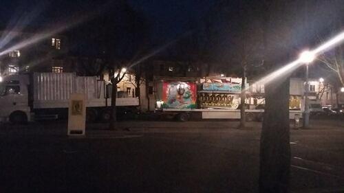 Mais, que diable, que font ces camions sur la place Carnot ?