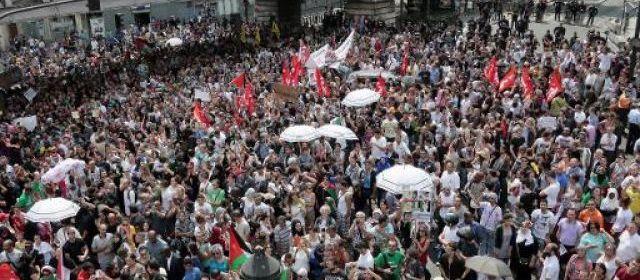 Manifestation pro-palestinienne près du métro Barbès-Rochechouart, interdite par la police, à Paris le 19 juillet 2014