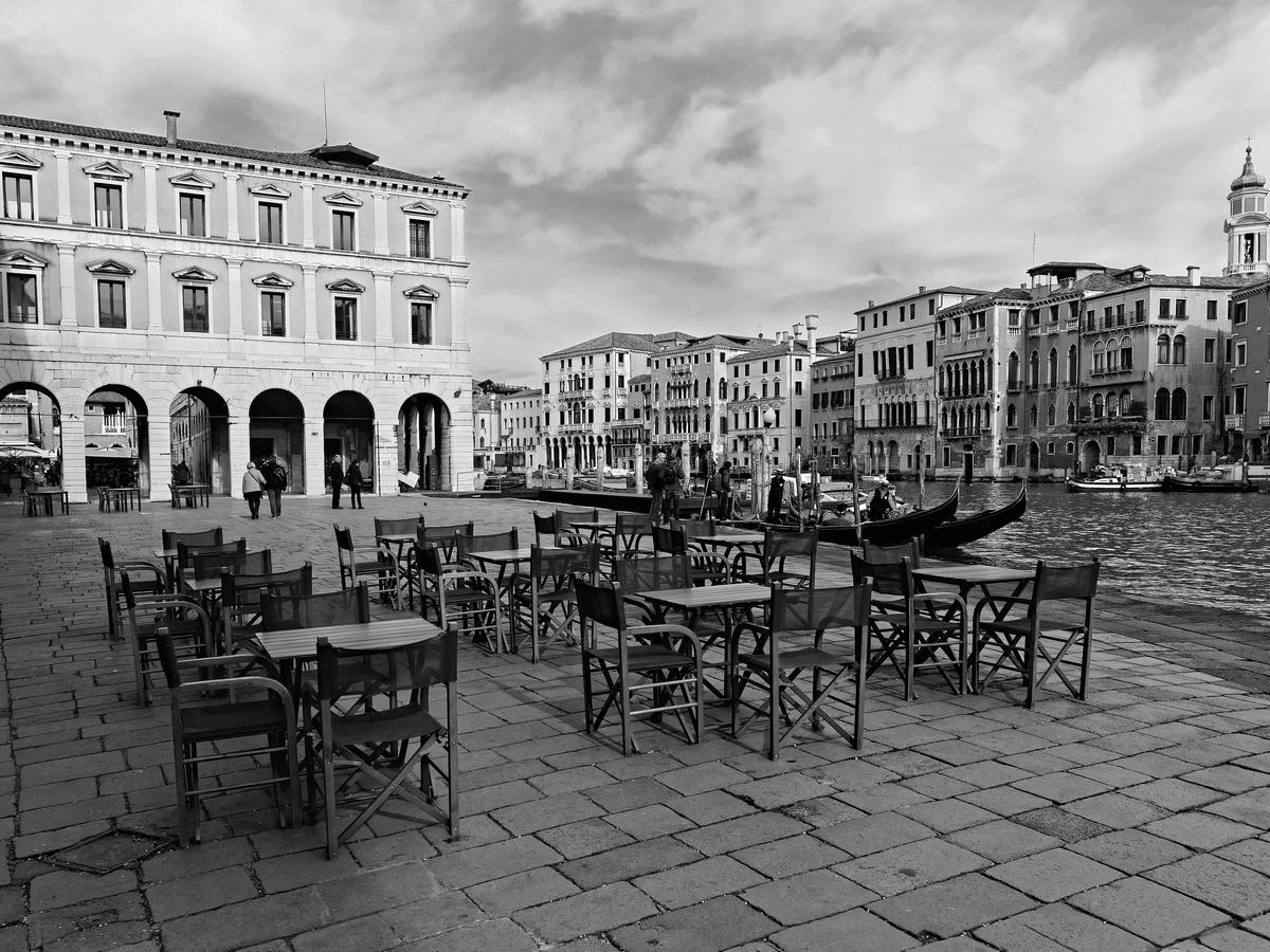 Bistrot du marché Rialto  pause apéro noir ou couleur?