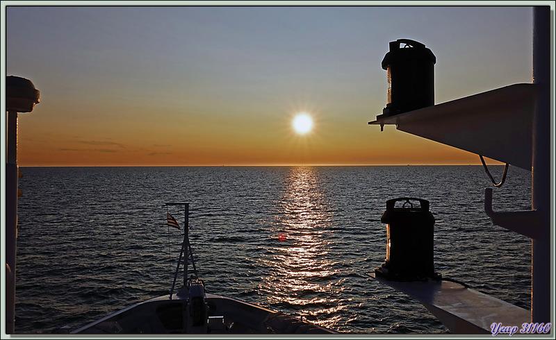 """Soleil de """"presque minuit"""" - Détroit de Davis - Entre Groenland et Nunavut"""