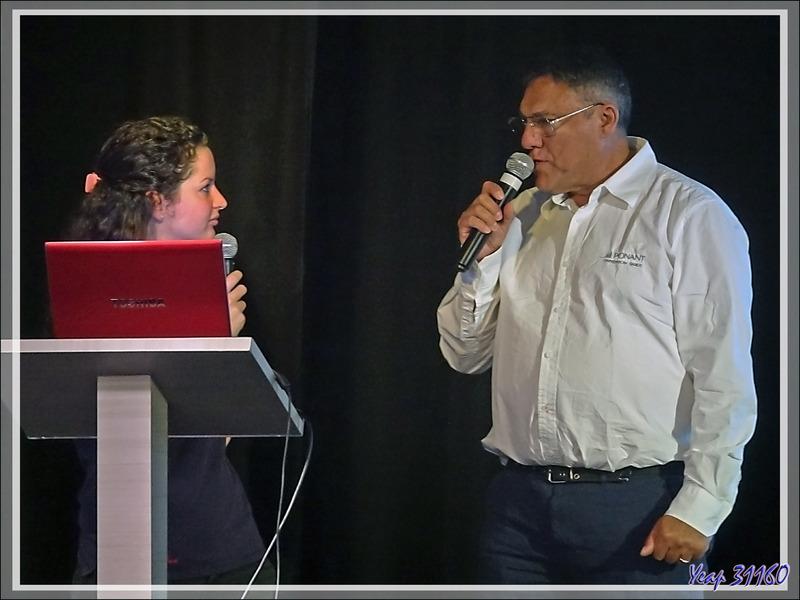 """Notre guide Tristanais, Conrad Glass (le """"Cunha Man""""), lors d'une conférence avec une autre guide, Julie, qui assure la traduction"""