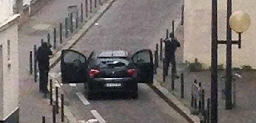 """Les frères Kouachi lors d'un échange de tirs contre des policiers, quelques minutes après l'attaque de """"Charlie Hebdo"""". (Anne Gelbard/AFP PHOTO)"""