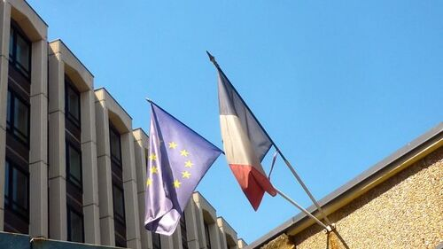 Drapeau français miteux de l'école maternelle Saint-Martin