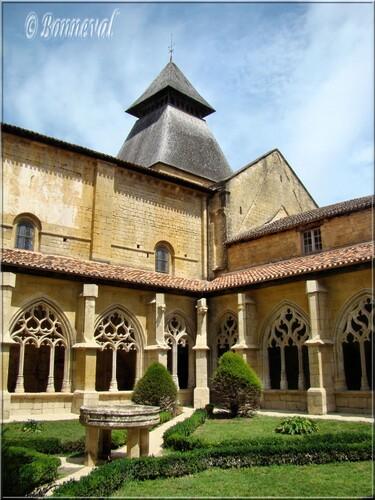 Abbaye de Cadouin le cloître, jardin, bassin et le clocher de l'abbatiale galerie Sud