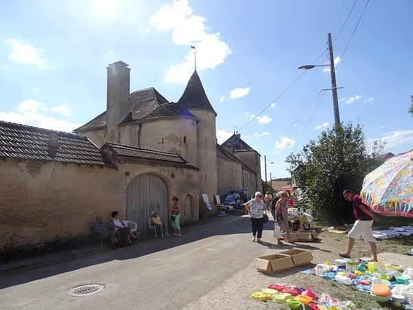 Un agréable vide-greniers à Romprey, hameau de Bure les Templiers