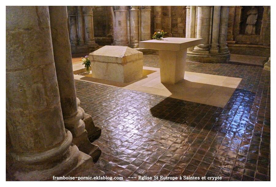 Amphithéâtre et l'église St Eutrope à Saintes