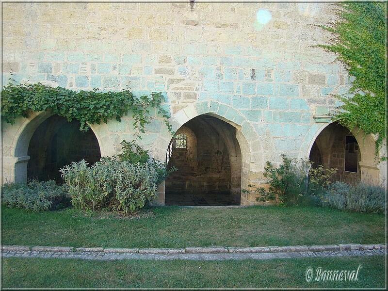 Abbaye de Beaulieu-en-Rouergue la salle capitulaire vue de l'emplacement du cloître détruit