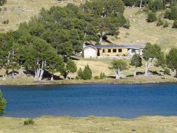 Le refuge vu de la rive opposée de l'Estany del Mig