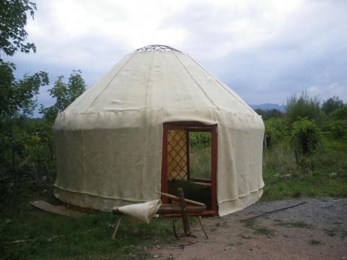 Installation pour quelques semaines de la petite yourte devant la maison - septembre 2011