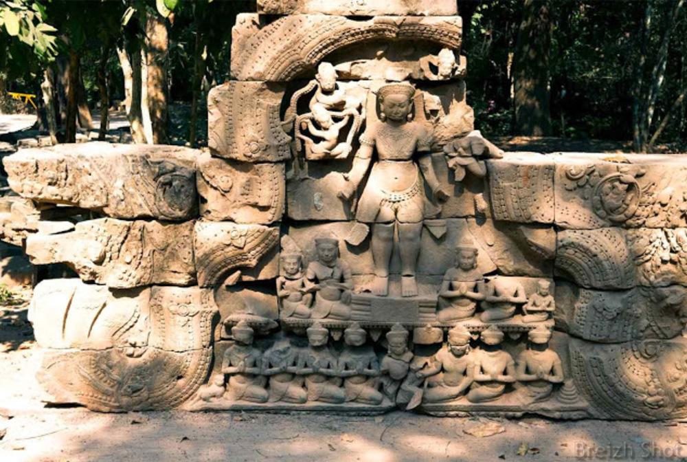 Ta Keo - Apsaras en bas-relief
