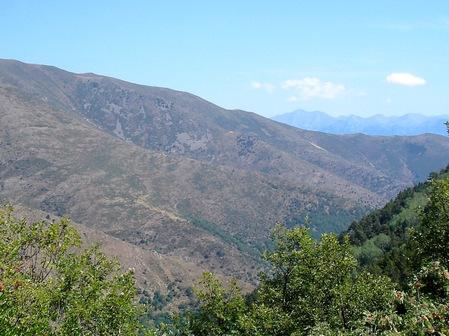 Vers l'aval, on découvre au loin le Canigou