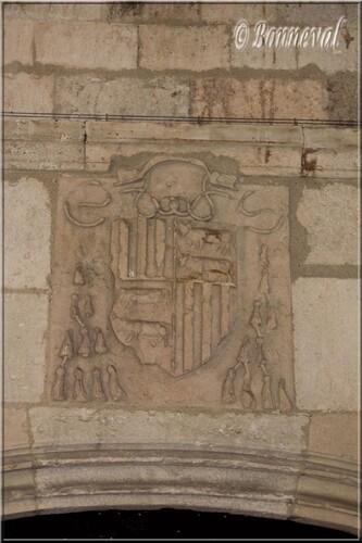 Abbaye de Montmajour cloître porte menant au dortoir armoiries du Cardinal Pierre de Foix
