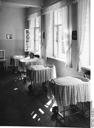 Bundesarchiv B 145 Bild-F051638-0067, Lebensbornheim, Säuglingszimmer.jpg