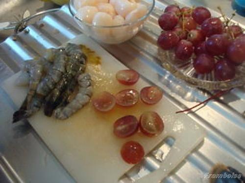 Brochettes Gambas aux litchis et raisins