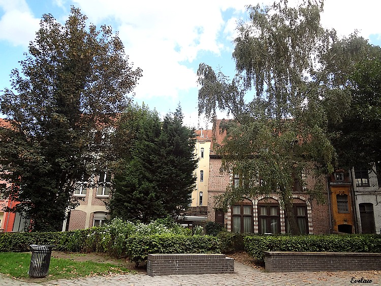 NOTRE DAME DE LA TREILLE - LILLE (3) - Le Jardin et le parvis - Place Gilleson