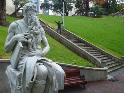 yann vs statue