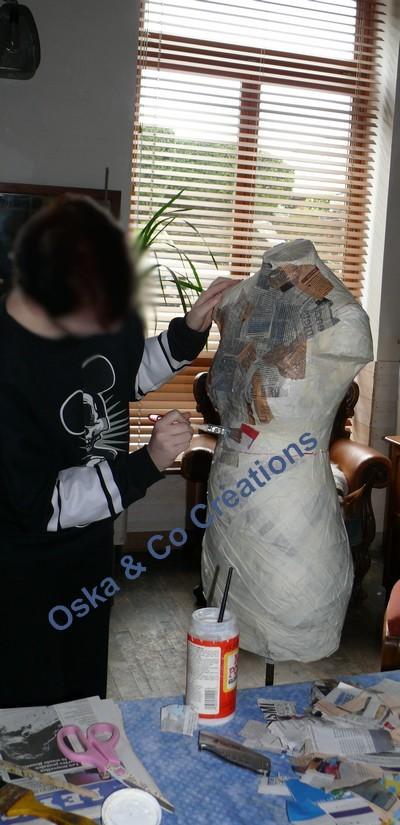Décoration du mannequin avec du journal