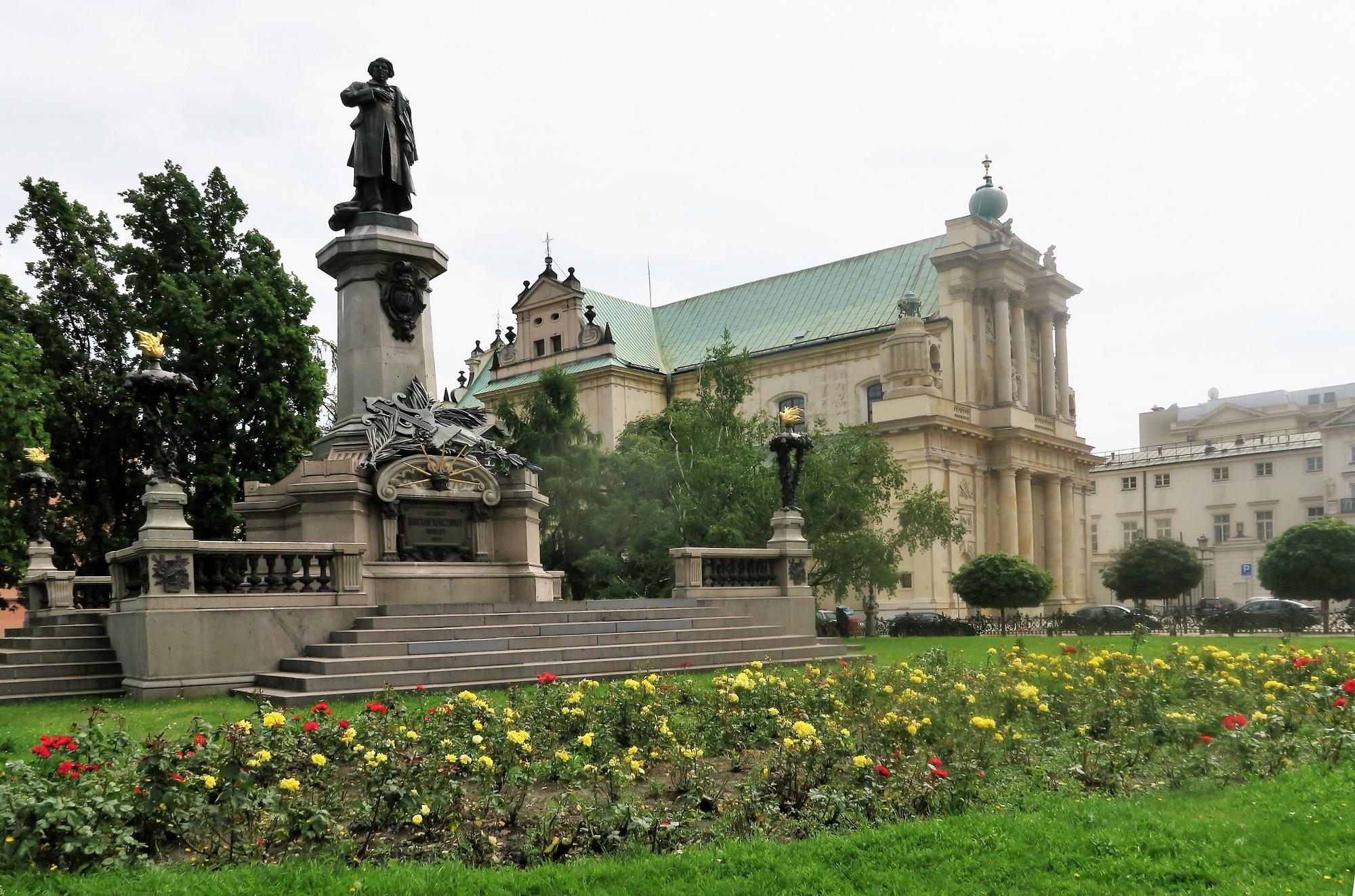 Monument de Mickiewicz, poête et écrivain polonais. Au second plan , l'église des Carmélites