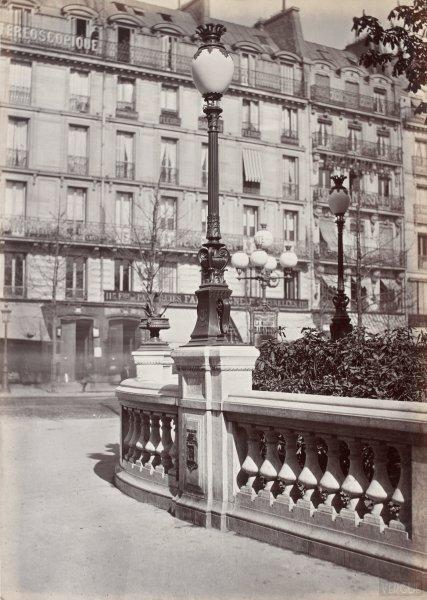 Charles Marville : candélabre à lanterne ovoïde, square des Arts et Métiers
