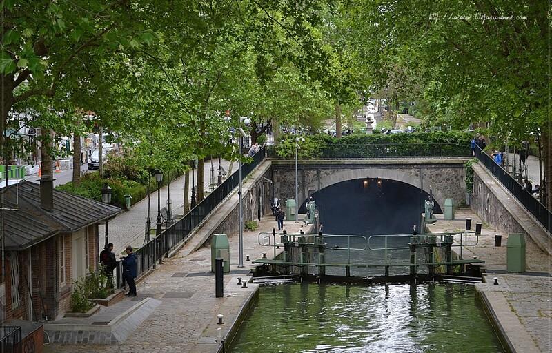 Canal Saint-Martin : Passage sous la voûte Richard-Lenoir