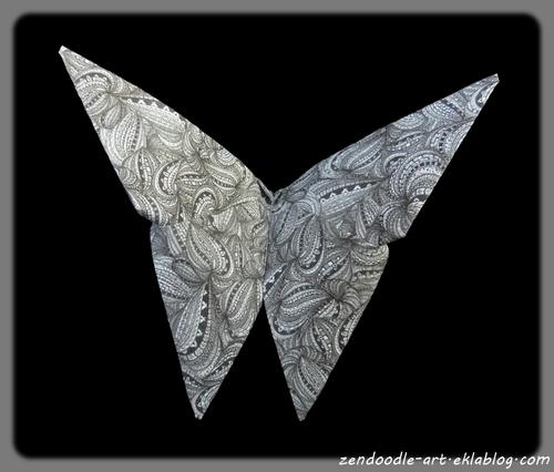 Un papillon origami avec le motif circonvolution