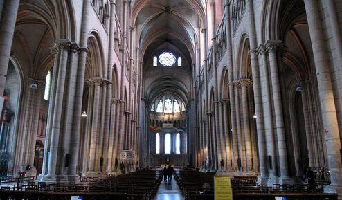 Photographie couleur de l'intérieur de la cathédrale, du portail vers le chœur