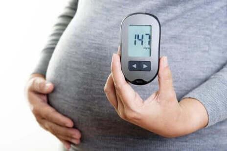 Une femme enceinte mesure son indice glycémique