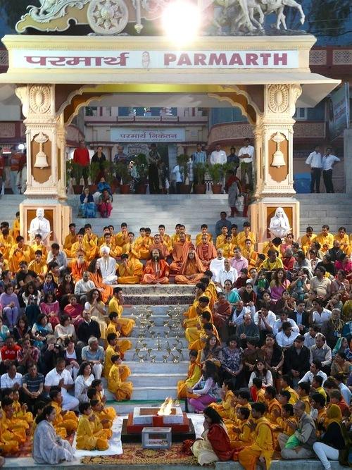 une puja ou fête religieuse au bord du Gange;