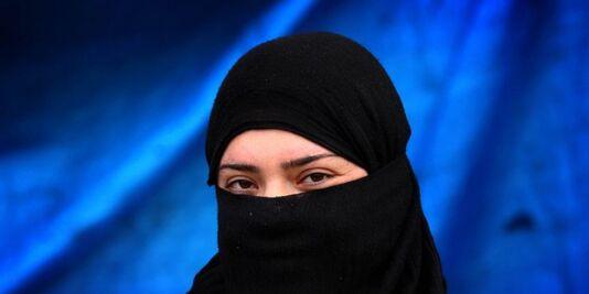 """Dans Dabiq, le magazine du groupe État islamique, une femme de djihadiste explique que le """"sexe forcé"""" n'est pas du viol."""