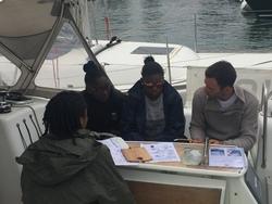 Les filles révisent avec leur skipper avant le passage devant jury