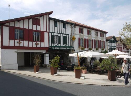 Place centrale à La Bastide de Calirence