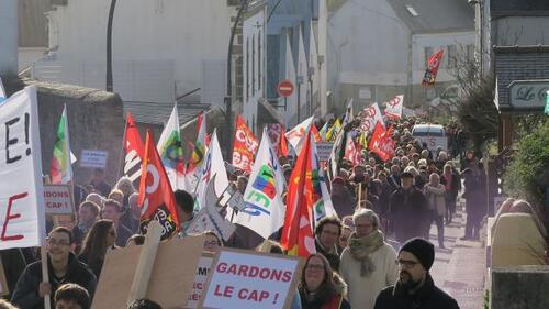Près de 500 personnes manifestaient ce samedi après-midi à Plouhinec.