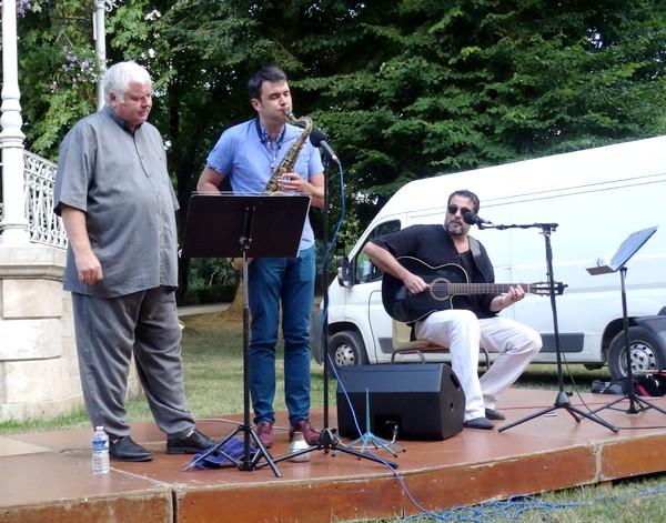 Thierry Caens, Daniel Fernandez et Nicolas Fourgeux ont donné un superbe concert au jardin de la Mairie....