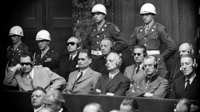 La procès de Nuremberg (1945-1946) jugeant les nazis...